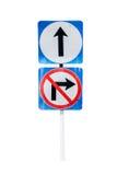 Идет вперед путь, передний знак и не поворачивает правый знак, на whi Стоковое Изображение