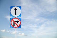 Идет вперед путь, передний знак и не поворачивает правый знак с bl стоковое фото rf