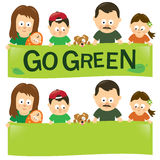 Идет зеленая семья Стоковые Изображения
