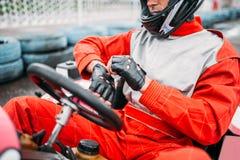 Идет-kart водитель в шлеме на karting следе скорости Стоковые Фото