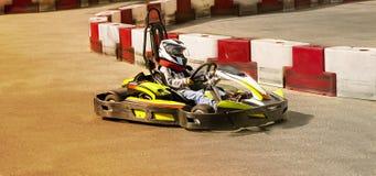 Идет kart, karting гонка оппозиции гонки скорости соперничающая внешняя, участвуя в гонке при неистовство, неистовство, быстро и  Стоковые Фотографии RF