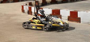 Идет kart, karting гонка оппозиции гонки скорости соперничающая внешняя, участвуя в гонке при неистовство, неистовство, быстро и  Стоковые Изображения