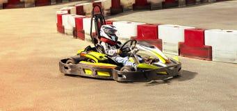 Идет kart, karting гонка оппозиции гонки скорости соперничающая внешняя, участвуя в гонке при неистовство, неистовство, быстро и  Стоковое Фото