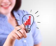 Идея бизнес-леди касающая диаграммы в виде вертикальных полос тенденции Стоковые Фото