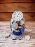 Идея концепции, много чеканит в синем стекле с временем, идеей для дела Стоковое Изображение RF