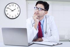 Идея доктора думая в клинике Стоковое Фото