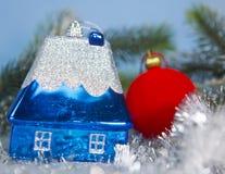 Идея дома игрушки синего Нового Года малая мечты собственного дома в Новом Годе стоковое изображение rf