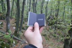 Идея перемещения, книга с текстом исследует Лес на заднем плане стоковые фотографии rf