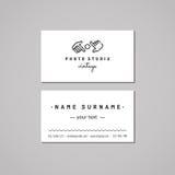 Идея проекта визитной карточки студии фото Логотип студии фото с руками и объективом Год сбора винограда, битник и ретро стиль Стоковое Фото