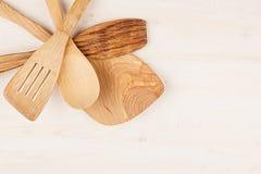 Идея проекта насмешки вверх пустых деревянных бежевых ложек на белой деревянной предпосылке Стоковое Фото