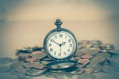 Идея, часы и монетки концепции денег дела Стоковая Фотография