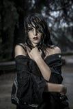 Идите дождь, милая молодая женщина под дождем осени в парке дворца стоковое фото