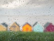 Идите дождь падения на окне автомобиля на английском городке взморья Стоковое Изображение