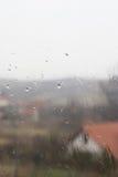 Идите дождь падения на окне, как раз как взгляд Стоковые Изображения RF