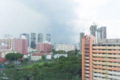 Идите дождь падения на окне, дождливом дне и сцене квартиры городской Стоковые Фотографии RF