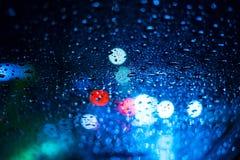 Идите дождь падения на окне с bokeh света дороги, ненастным Стоковое Изображение