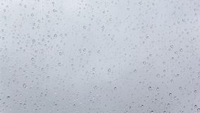 Идите дождь падения на стекле окна, ненастный день осени видеоматериал