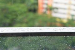 Идите дождь падения на стеклянном балконе, дождливом дне и квартире Стоковые Изображения