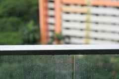 Идите дождь падения на стеклянном балконе, дождливом дне и квартире Стоковое Фото