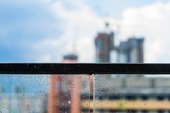 Идите дождь падения на стеклянных балконе и конструкции в предпосылке Стоковая Фотография RF