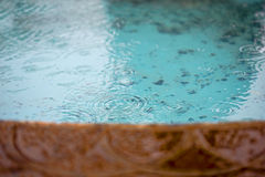 Идите дождь падения понижаясь в фонтан Стоковое Изображение RF