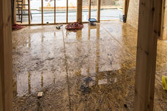 Идите дождь пока строящ дом в каркасной технологии Стоковые Фото