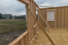 Идите дождь пока строящ дом в каркасной технологии Стоковая Фотография