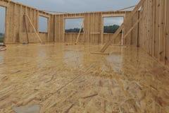 Идите дождь пока строящ дом в каркасной технологии Стоковое Изображение RF