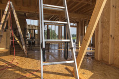 Идите дождь пока строящ дом в каркасной технологии Стоковые Изображения RF