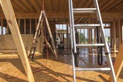Идите дождь пока строящ дом в каркасной технологии Стоковое фото RF