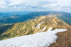 Идите снег в лете на верхней части горы Стоковые Фото