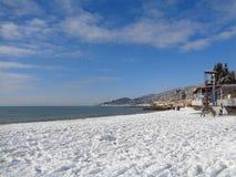 Идите снег на пляже, побережье Сочи, России, Чёрного моря Стоковая Фотография RF