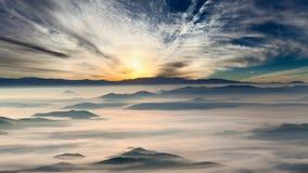 Идилличный ландшафт горы на туманном рассвете стоковая фотография