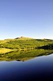 Идилличный ландшафт лета с ясным озером горы Стоковое Изображение