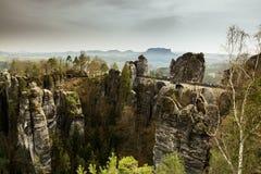 Идилличный ландшафт с мостом bastei в saxon Швейцарии Стоковые Фотографии RF
