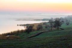 Идилличный ландшафт утра сельской местности с восходом солнца тумана поля земледелия Стоковое фото RF