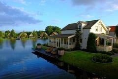 Идилличный берег озера домов отдыха восходом солнца Стоковые Фото