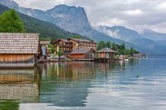 Идилличный пейзаж озера Grundlsee в горах Альпов Стоковая Фотография