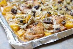 И картошки золота зажаренные в духовке печью бедренные кости цыпленк цыпленка Стоковые Фото