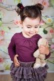 1 и половинный годовалый ребёнок крытый Стоковое Изображение