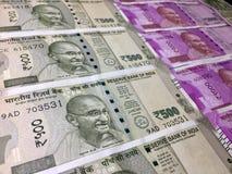 500 и 2000 примечаний валюты индийской рупии стоковые изображения