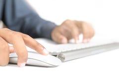 И руки на клавиатуре и мышь Стоковое фото RF