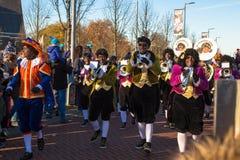 И сделано этот маленький город чувствовать большой большой Прибытие St Nicholas Sinterklaas стоковое изображение rf