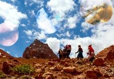 Идти ландшафта и Hikers горы планеты чужеземца Стоковая Фотография RF