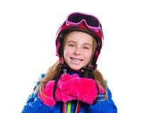 Идти белокурой девушки ребенк счастливый идти снег с поляками и шлемом лыжи Стоковые Изображения RF