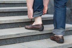 Идти вверх: взгляд конца-вверх ботинок ` s человека кожаных Стоковые Фото