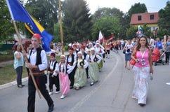 Идти вокруг городка в традиционных костюмах Стоковая Фотография RF