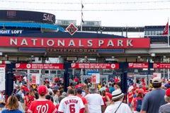 Идти в бейсбольный стадион соотечественников в Вашингтоне d C на 4t стоковые фото