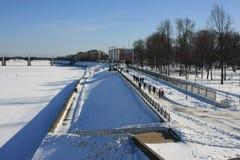 Идти вдоль обваловки реки в городе Tver Стоковые Фотографии RF