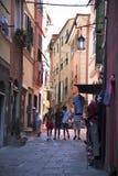 Идти в узкие проходы или Carruggi вокруг города Генуи в Италии Стоковое фото RF